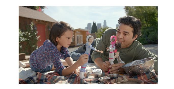 barbie-ile-oynayan-babalar